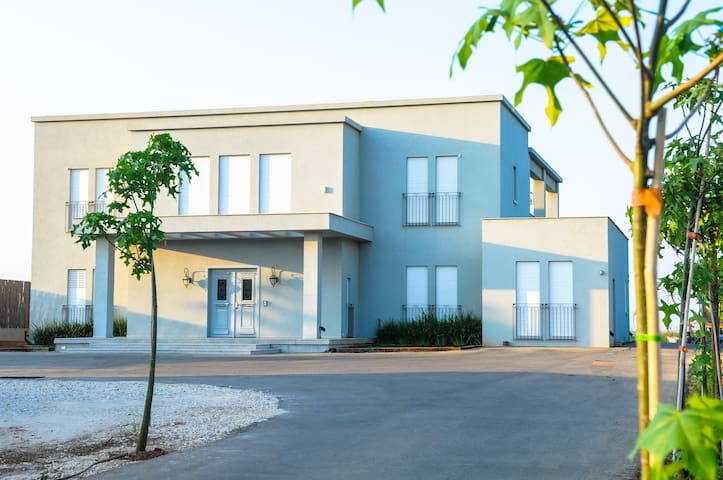 The Villa in Kfar Chabad - כפר חבד - Huis