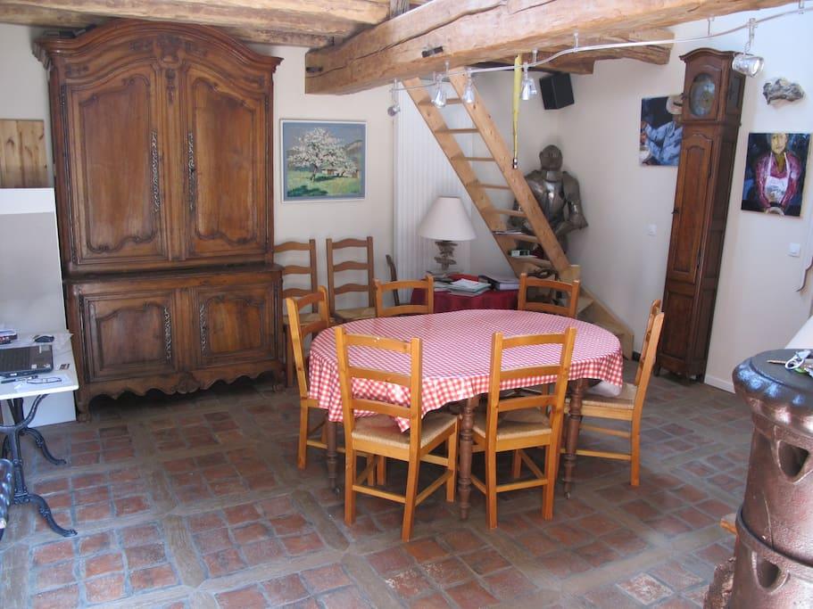 La salle à manger pour les petits déjeuners et la table d'hôtes