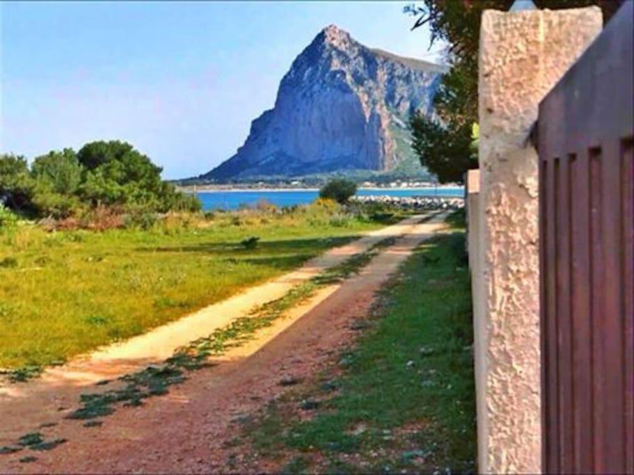 Private street, distance from the sea 100 mt / Strada privata, distanza dal mare 100 mt