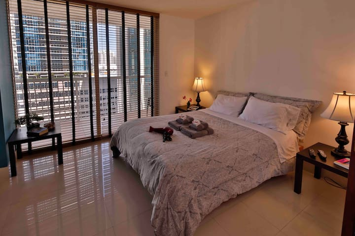 Beautiful Room in Brickell, Miami (* female only)