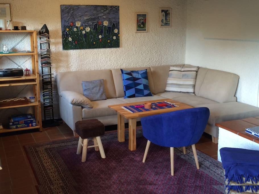 Wohnraum mit gemütlicher Couch