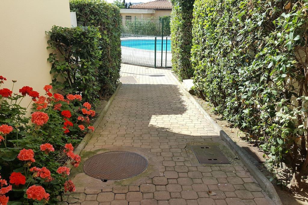 Accès piscine dans résidence arborée