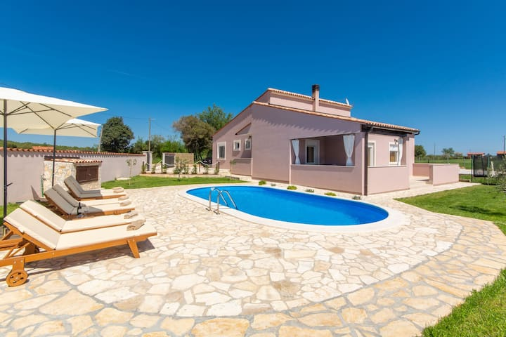 Villa with large garden and pool, ideal for 8 people, only 10 minutes Pula
