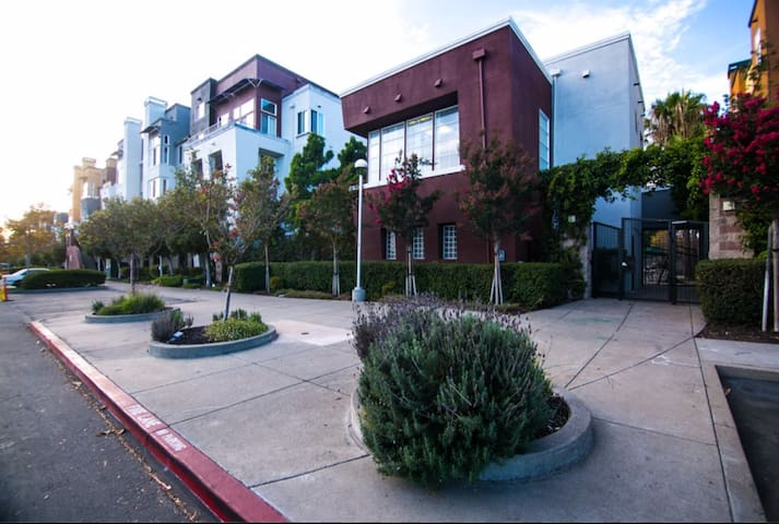 Jumba! (A Large, Beautiful, Welcoming Home) - Emeryville - Apartment