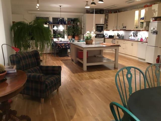 Köket är stort och inbjudande
