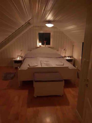 Stora sovrummet, 180 cm säng, en trappa upp