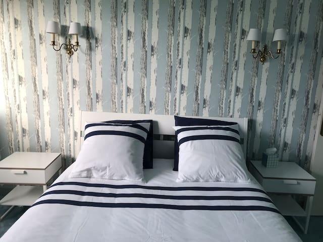 Chambre bleue, lit queen size
