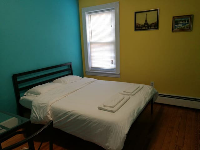 Cozy Stay(1 Queen Bed) w/ Free Off-street Parking