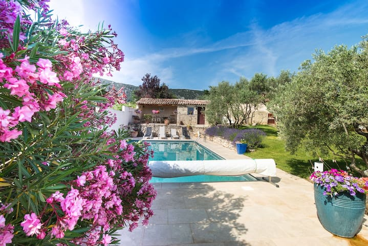 Très joli gîte avec belle piscine dans Luberon - Maubec - Casa