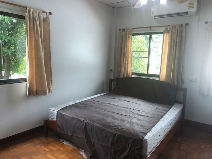 清迈大学家庭别墅房间出租 出租一间卧室