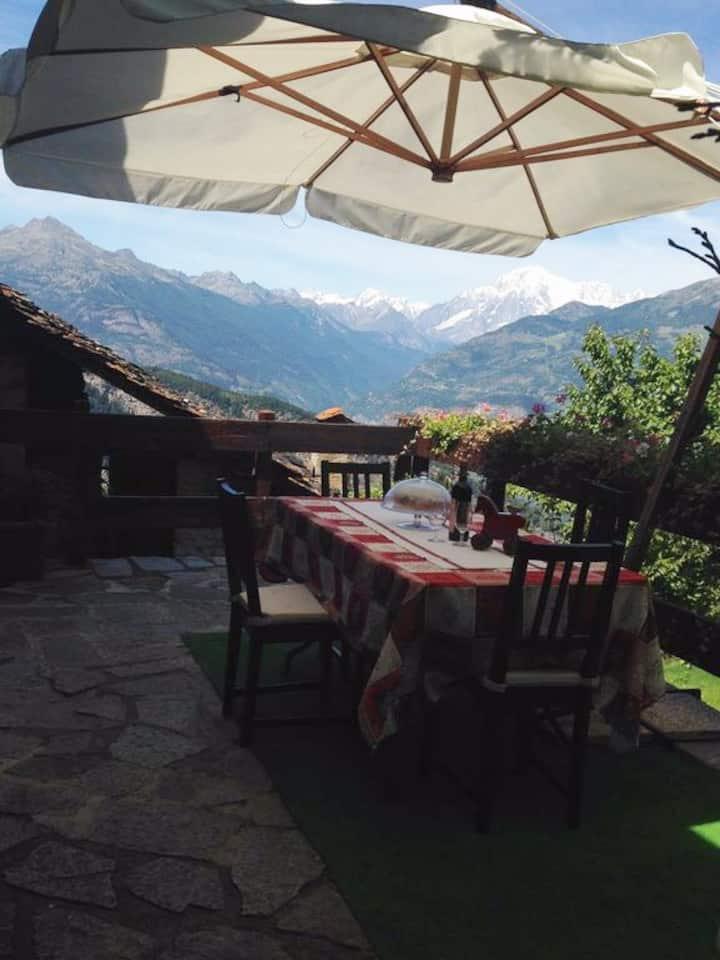 Caratteristica casa di montagna panoramica