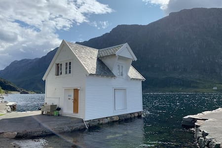 Lovely seashore cabin by Hornelen