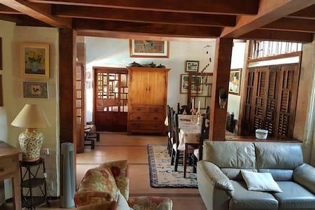 Linda casa com 1 suite, 2 dormitorios e piscina - Campinas
