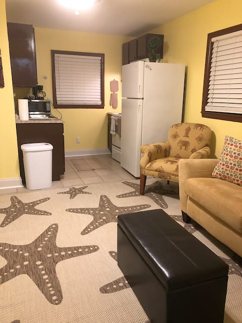 Quiet Upstairs Studio Near Downtown and Airport