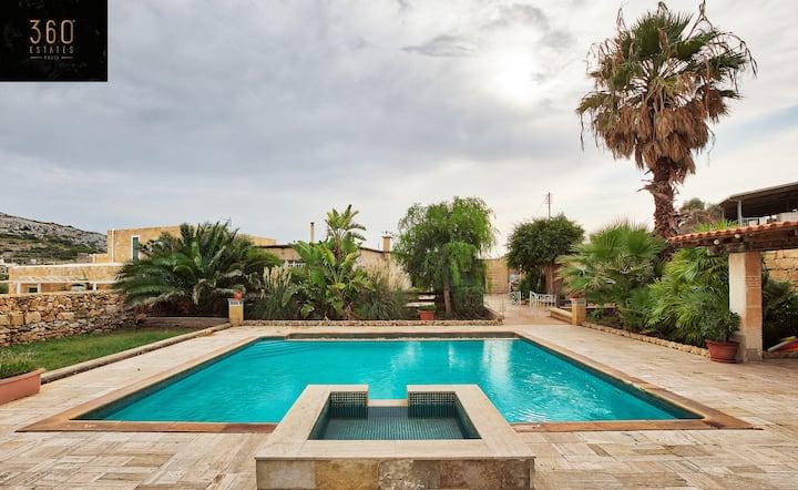 Beautiful typical Maltese Villa with massive pool!