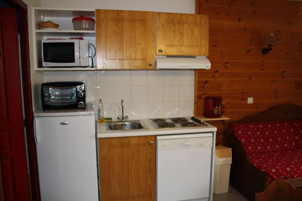 Le coin-cuisine avec four micro-onde, mini-four traditionnel et lave vaisselle