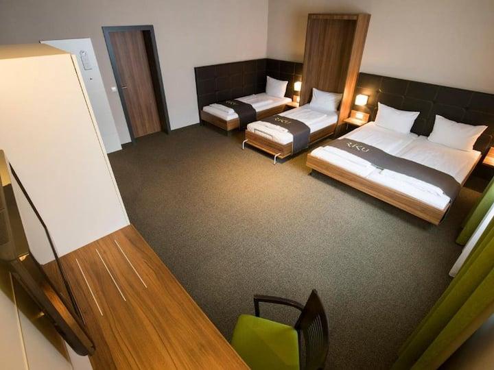 RiKu Hotel Neu-Ulm, (Neu-Ulm), Familienzimmer mit Dusche und WC (24 qm)