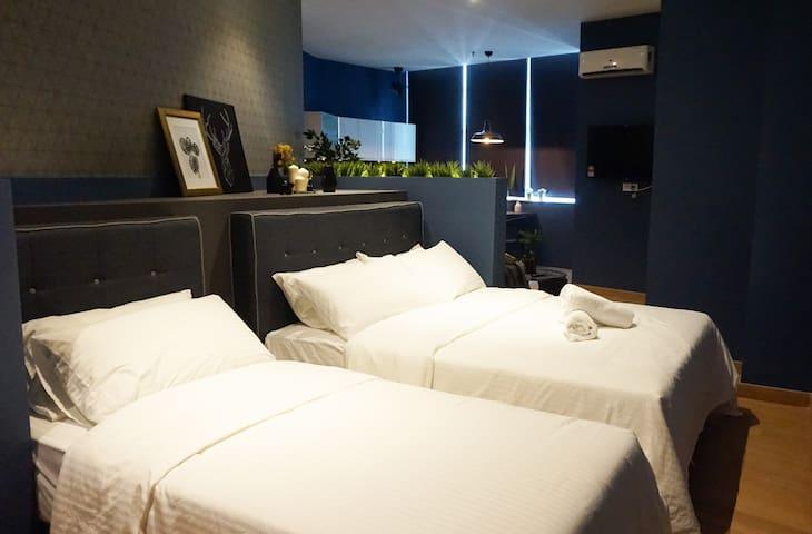1 Queen Bed & 1 Single Bed