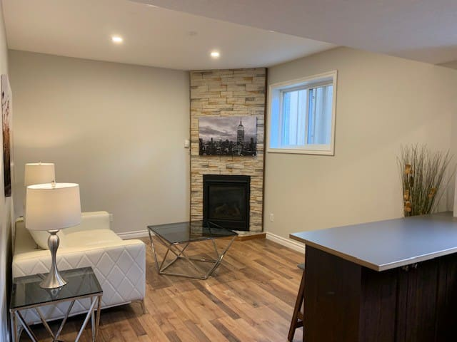 Home Away from home Modern Clean Uptown Waterloo