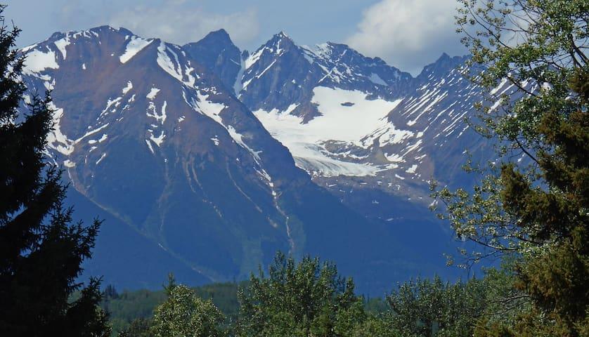 Welcoming retreat facing the mountain range