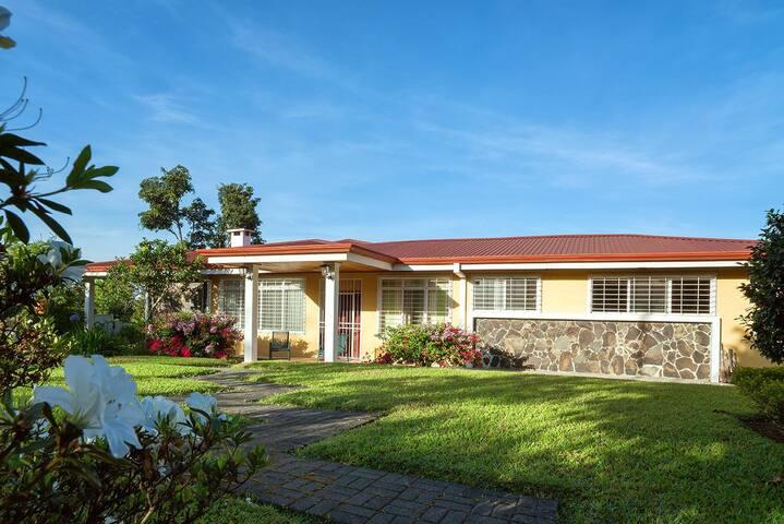 Hacienda Poas Volcano - Carrizal - Villa