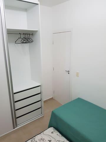 Quarto - bicama (cama principal + adicional), ventilador, guarda-roupa amplo e roupa de cama.