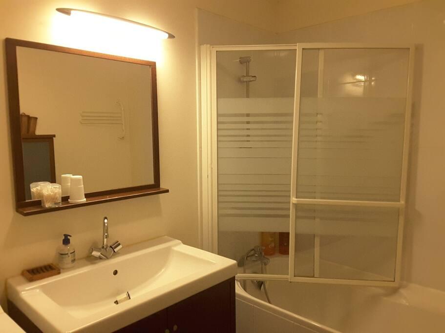 Salle de bain privative avec baignoire/douche