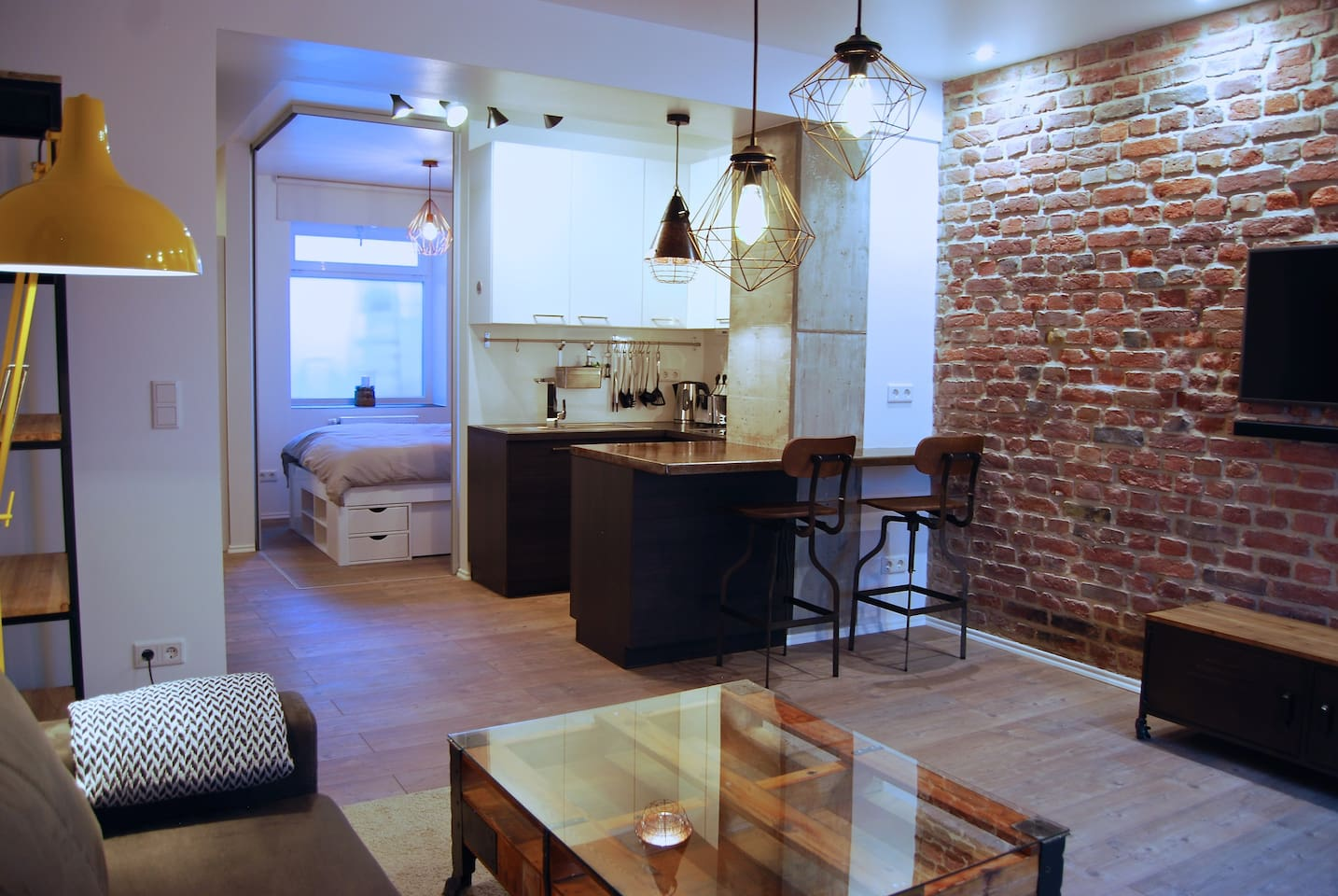Jordan Suite - brand new 40 m2 Loft Style executive furnished apartment in the heart of Düsseldorf.  Fully equipped kitchen, rain shower, compact washing machine, ironing equipment, bedroom with sliding glass walls. WIFI, HD TV with sound bar and sub woofer.