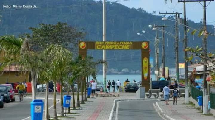 Ap no Campeche com uma ótima varanda para relaxar