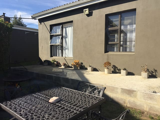 ZOOOP garden cottage Caledon with wifi sleeps 4