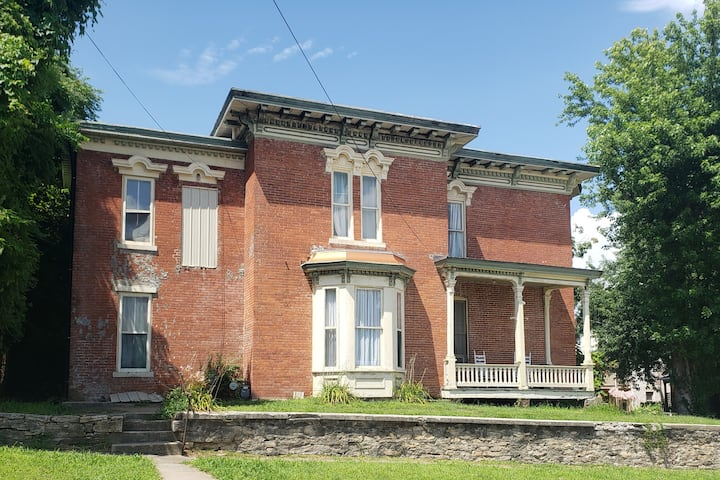 Admiral Fuqua House - Large downtown Hannibal Home