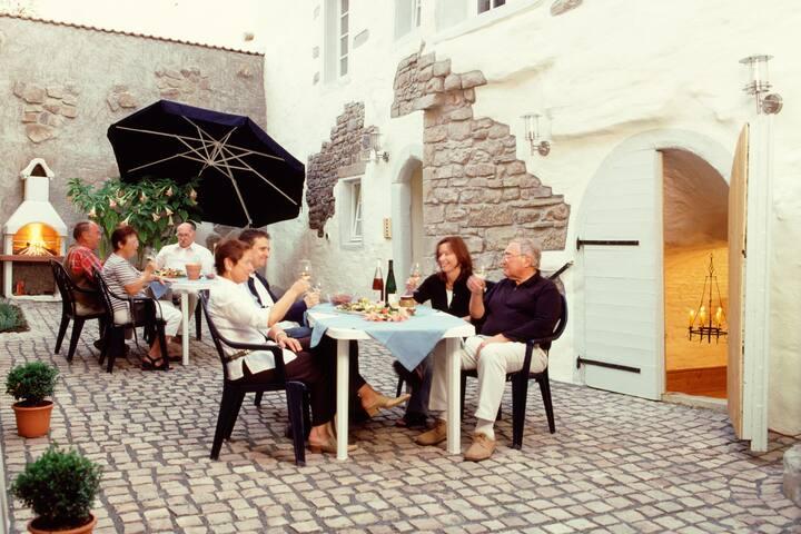 Hof mit Grillmöglichkeiten und direktem Zugang zum Weinkeller