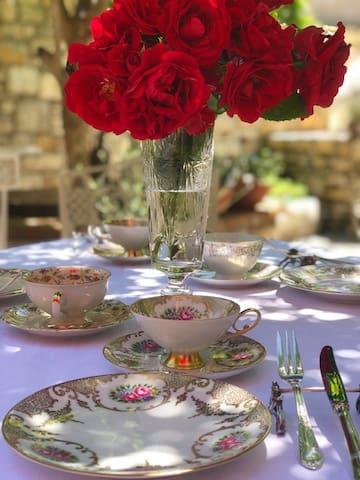 Yaz mevsiminde, avlumuzda blr çay saati /Tea time at our courtyard in summer