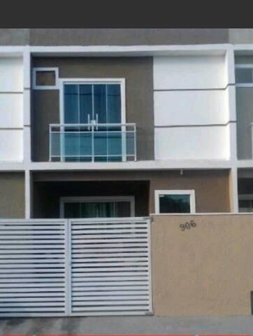 Espaçosa e confortável casa duplex - Rio das Ostras - House