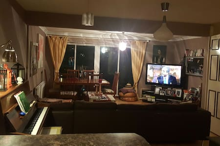 Single room in a family home - Northwood