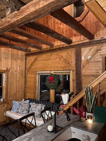 The Treehouse-Organic Log Cabin Guest-room
