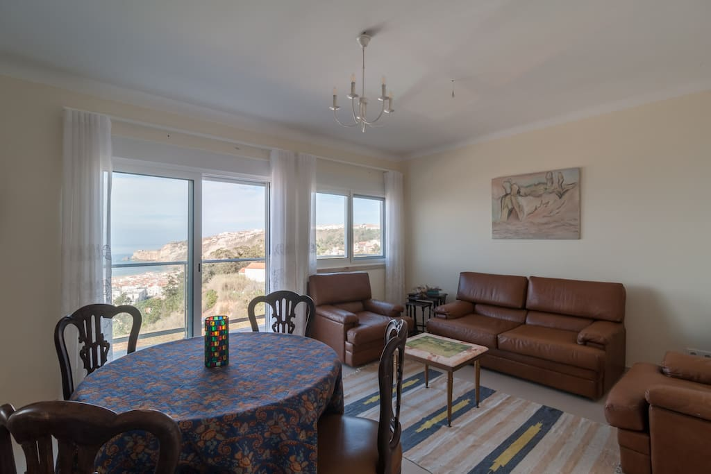 Livingroom with view to the sea and downtown