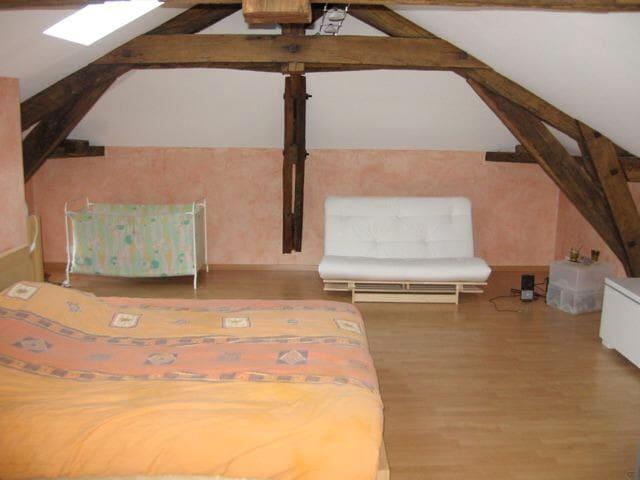 Chambre dans les combles 2 étage lit 2 personnes 160 et un matelas 140 au sol et futon et lit bébé