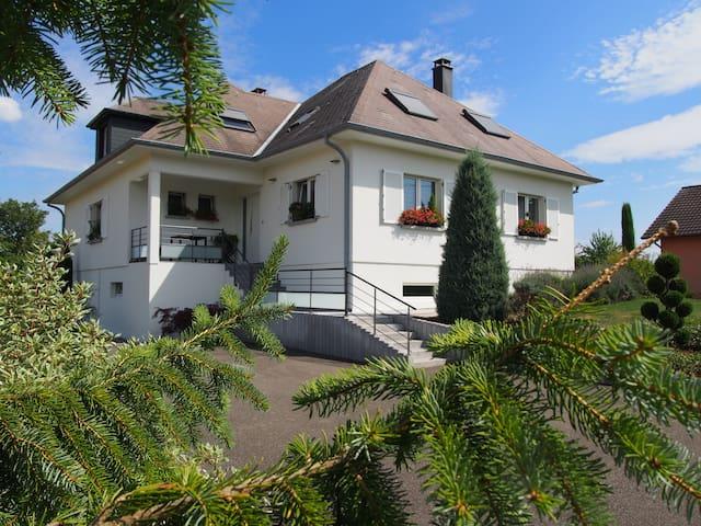 Bel appartement au 1er étage d'une villa