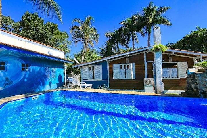Suíte 6 c/ ar em cond c/ piscina a 300 m da Praia.