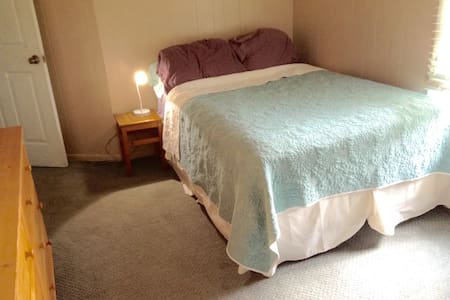 Private room near PU & train to NYC/Philly - West Windsor Township - Hus