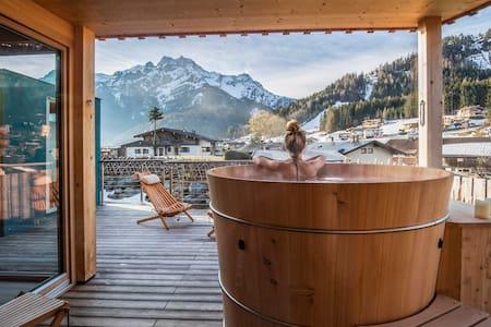 Lichtdurchflutetes Natur-Holzhaus mit Bergblick