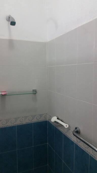 Baño cuarto 4, baño equipado con soportes de seguridad