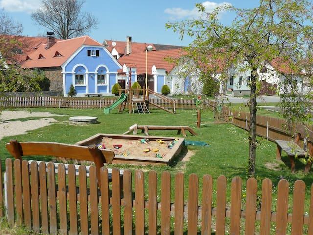 Dětské hřiště přímo před usedlostí