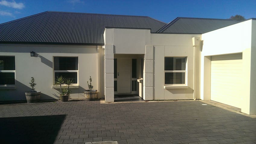 MODERN HOME Between CBD & Airport, Bed & Bath.