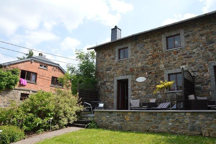 Gîte confortable avec terrasse privée à Stoumont