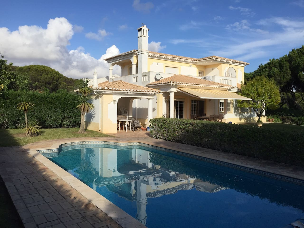 Big garden and pool with lovely outdoor space for eating and sun bathing, includes outdoor barbecue area