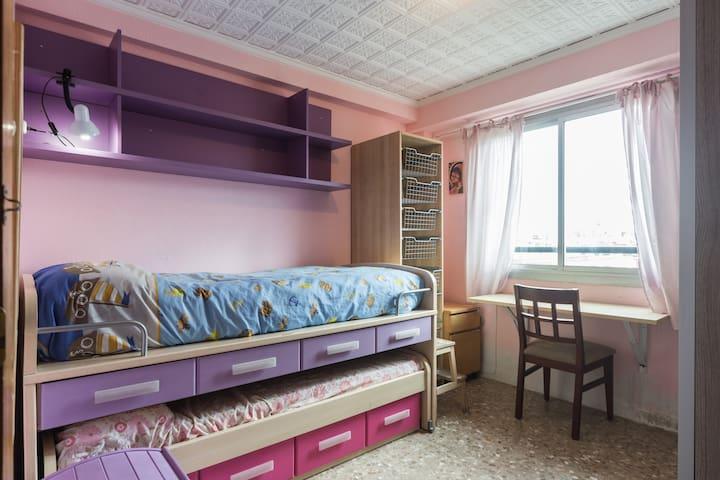 Una habitación con cama nido
