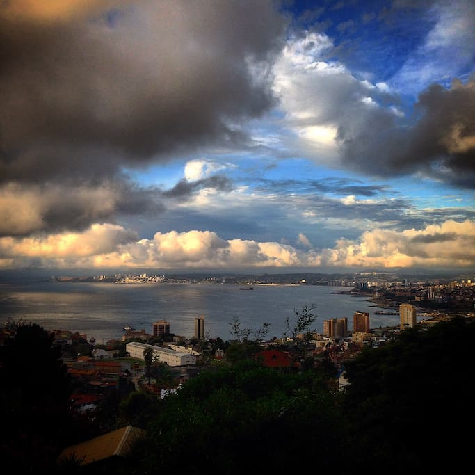 este paisaje es tan diverso, un día naranja otro día azul otro día nubes volando