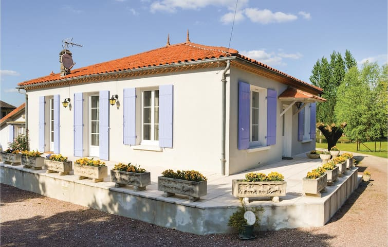 Holiday cottage with 3 bedrooms on 75 m² in Bassillac